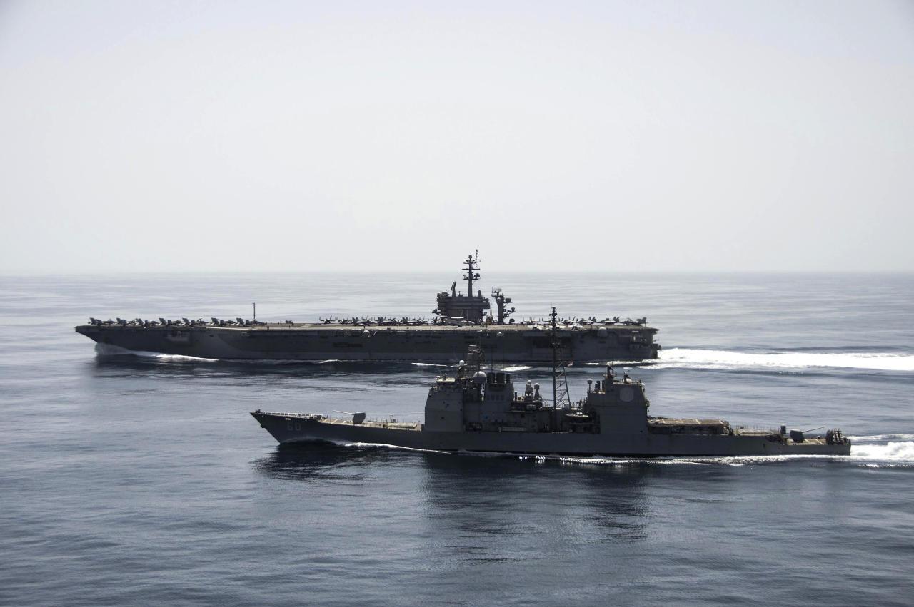 سفينتان حربيتان إيرانيتان ترافقان سفينة شحن متجهة لليمن