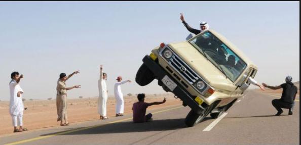 تهور بلا حدود.. طفلان سعوديان يقودان سيارة مغمضي الأعين