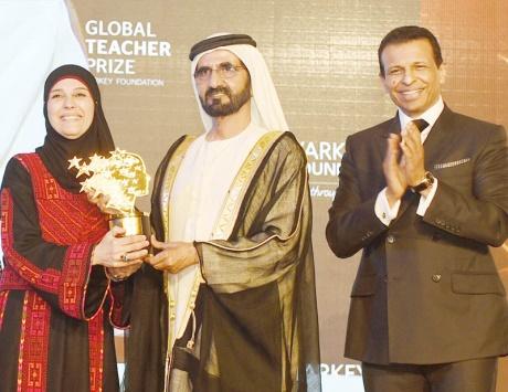 محمد بن راشد يسلم معلمة فلسطينية جائزة أفضل معلمة في العالم