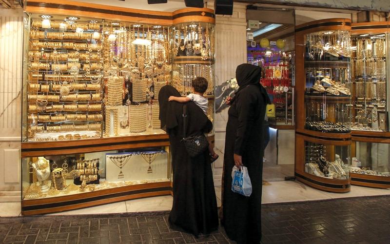أسعار الذهب تعاود ارتفاعها ومبيعات المشغولات تستقر بدعم الخليجيين