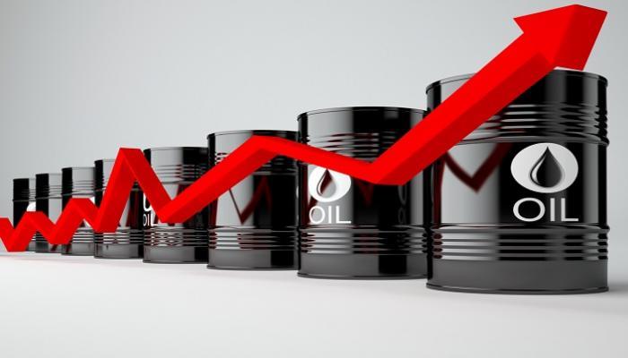النفط يرتفع بتراجع الدولار و«أوبك» تتوقع زيادة الطلب