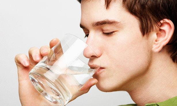 شرب الماء بعد الصوم ظاهرة صحية لا تضر