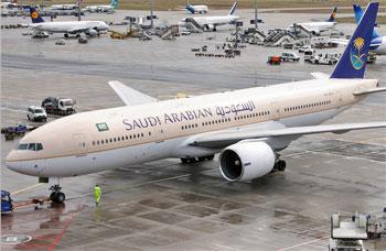 انفصال عجلات طائرة سعودية تستعد للاقلاع