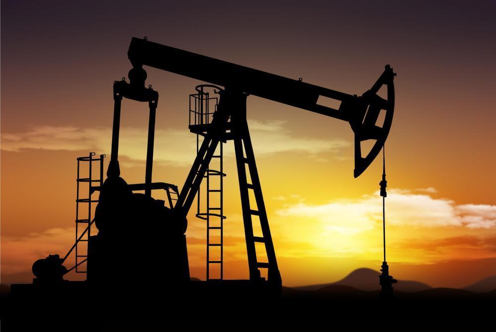 النفط يهبط 4% وبيانات المخزونات الأمريكية تزيد المخاوف من تخمة المعروض