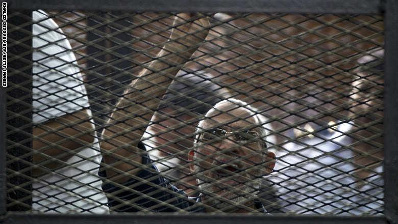 مصر: الحكم بإعدام مرشد الإخوان مع 14 آخرين
