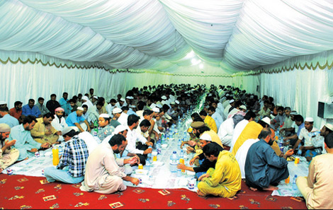 الشارقة الخيرية تقدم 20 ألف وجبة افطار صائم يومياً