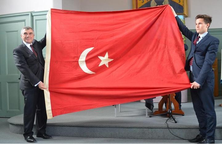 تركيا تتسلم علماً عثمانياً بعد احتفاظ أسرة بريطانية به 100 عام