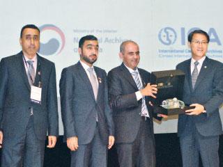 «الإمارات» تتسلم علم كونجرس المجلس الدولي للأرشيف 2020