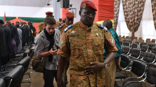 الاتحاد الأفريقي يمنح الجيش في بوركينا فاسو أسبوعين لتسليم السلطة
