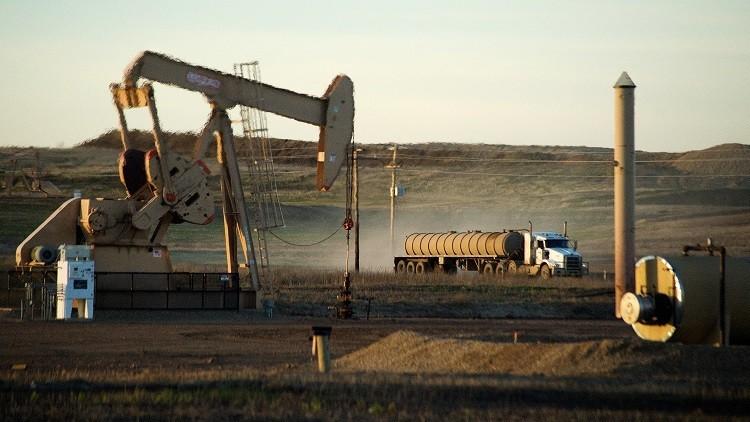 النفط يهبط بعد قفزة في مخزونات الخام الأمريكية