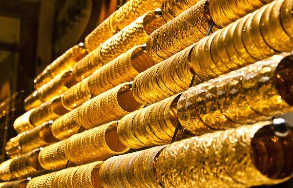 الذهب يصعد مع الإقبال على الملاذات الآمنة