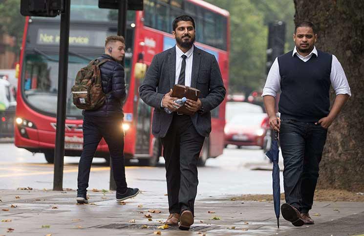 """محكمة بريطانية تُغرّم حقوقي مسلم أدين بتهمة """"إعاقة السلطات"""""""