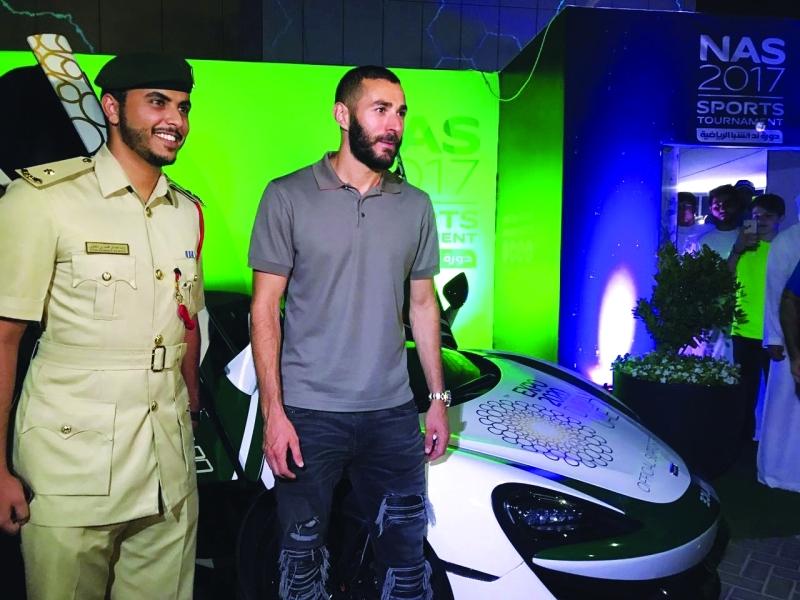 بنزيمة يتجول في سيارة دورية شرطة دبي