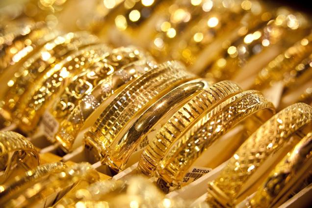 الذهب يتراجع ويتجه لتكبد أول خسارة أسبوعية في 7 أسابيع