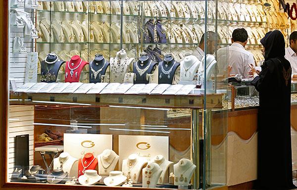 تراجع الأسعار ينعش مبيعات الذهب في أسواق أبوظبي