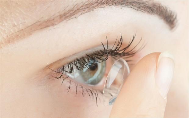 العدسات اللاصقة «تلتهم» أنسجة العين